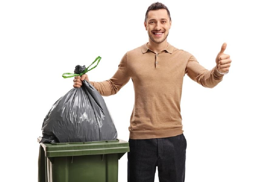 на этой картинке мужчина выбрасывает мусор компании относится